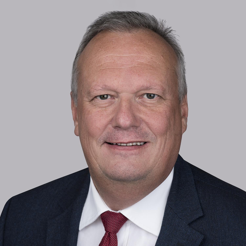 Ing. Klaus Borstner ist derzeit Präsident von Essex Italien und leitet die kontinuierliche Weiterentwicklung und Marktführerschaft unseres Energie-orientierten Geschäfts im Bereich CTC und anderer mehrfach lackierter Kupferprodukte. Er verfügt über 30 Jahre Erfahrung in verschiedenen Führungspositionen in der Elektroindustrie und hat während seiner Karriere durch das Leben und Arbeiten in Südostasien, den Vereinigten Staaten und China umfangreiche globale Erfahrungen gesammelt. Vor seiner Zeit bei Essex war er mehr als 20 Jahre bei Elin, einem österreichischen Unternehmen, das nun Siemens im Bereich HV-Anwendungen und Transformatoren gehört. Er hat einen Abschluss in Elektrotechnik, der ihm hilft, Prozesse und Innovationen zu verstehen.